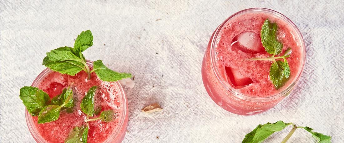 Strawberry mojitos in Mason jars